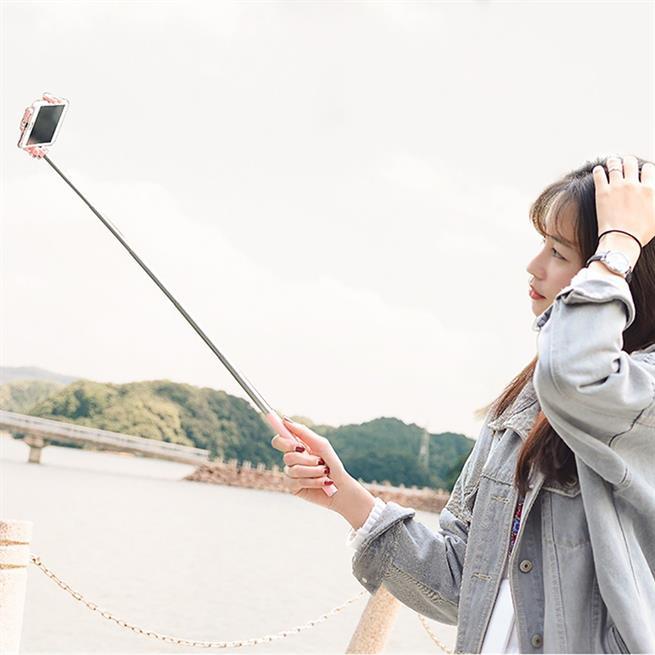 Hoco Selfie Stick K5 Metallgehäuse Stange mit Kabelsteuerung für AUX - extrem stabil in Weiss